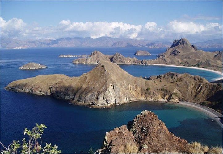الطبيعة البكر وسط السماء الصافية في جزيرة فلوريس إندونيسيا