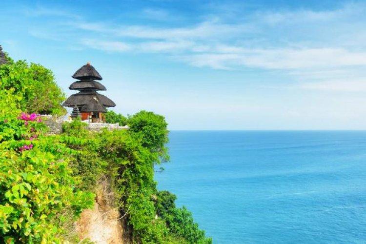 معبد أولو واتو يقع على جرف صخري يطل على المحيط الهندي