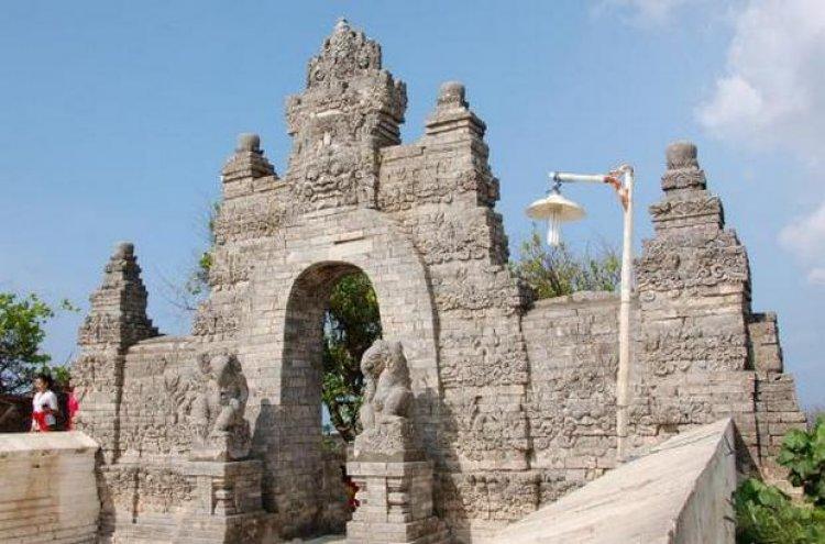 تمثال بجسم إنسان ورأس فيل أمام بوابات معبد أولو واتو إندونيسيا