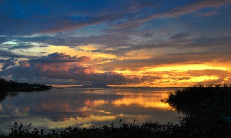 منظر غروب الشمس الساحر على بحيرة فيكتوريا