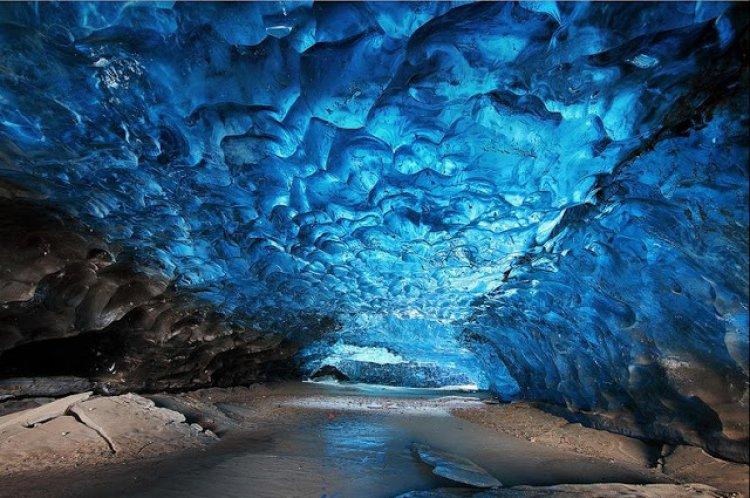 المجاري المائية المتجمدة في كهف الجليد