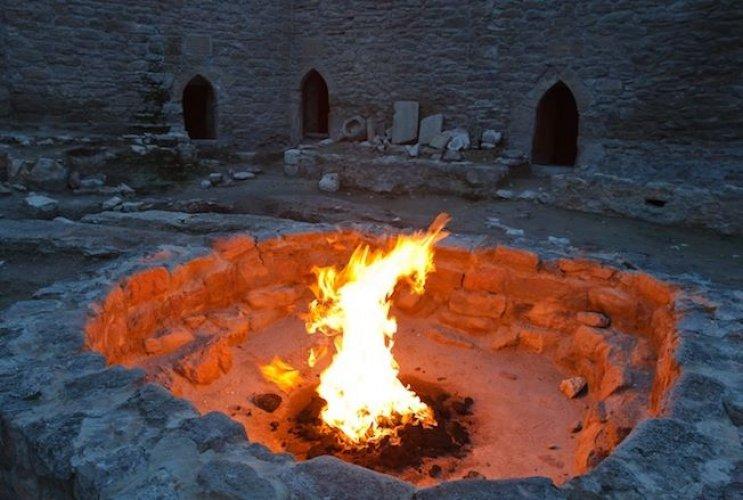 صومعة صغيرة بها شعلة في معبد النار