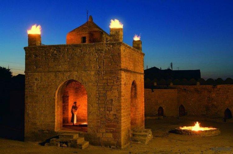 معبد النار على شكل قلعة ولديها فناء تحيط بها خلايا للرهبان