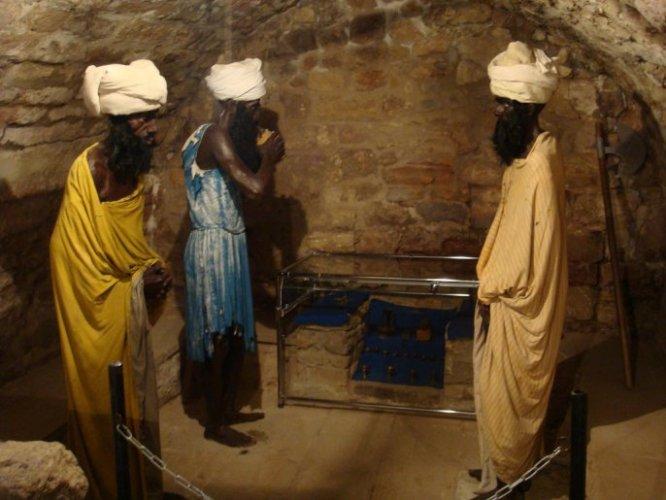 معرض تراثي داخل معبد النار يحتوي علي العديد من الأزياء والمقتنيات الخاصة