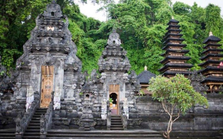 معبد جوا لاوا في بالي إندونيسيا