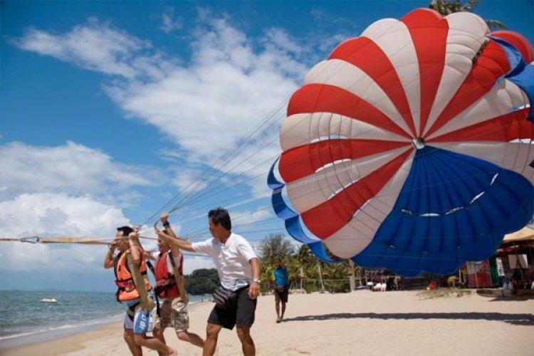 رياضة القفز بالمظلات على شاطئ باتو فرنجي