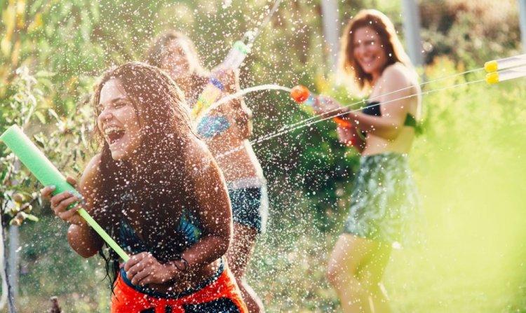 الفتيات في مهرجان عيد الماء في تايلاند