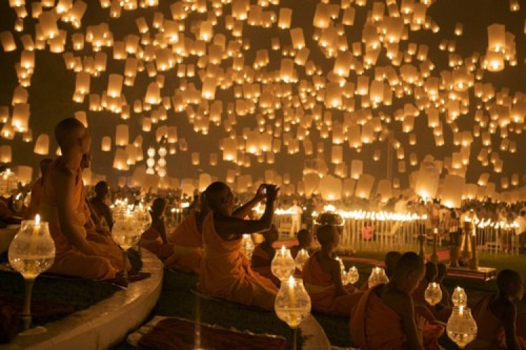 مهرجان المصابيح في تايلاند يتم سنويًا تكريمًا لبوذا