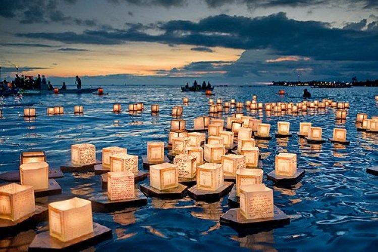 مصابيخ تسبح في الماء لحين بعدها عن الأنظار في مهرجان المصابيح في تايلاند