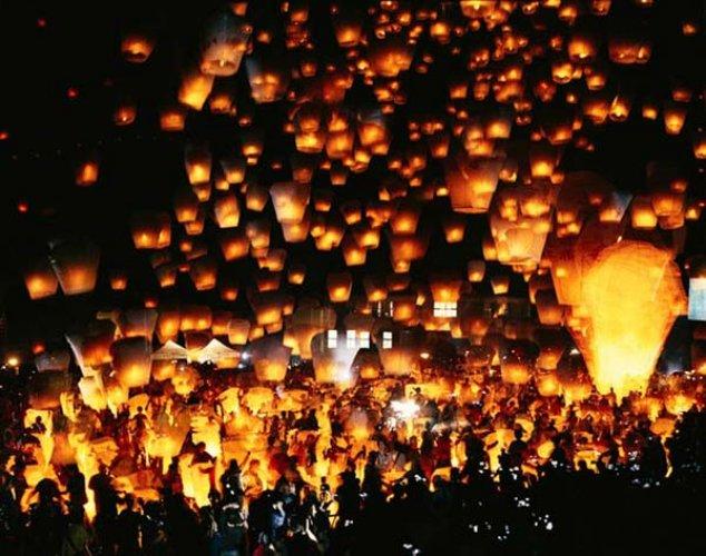 جمال المنظر عند إنارة المصابيح في مهرجان المصابيح في تايلاند