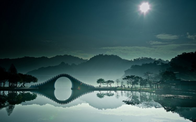 إلهة الجمال تهبط من السماء على جسر القمر
