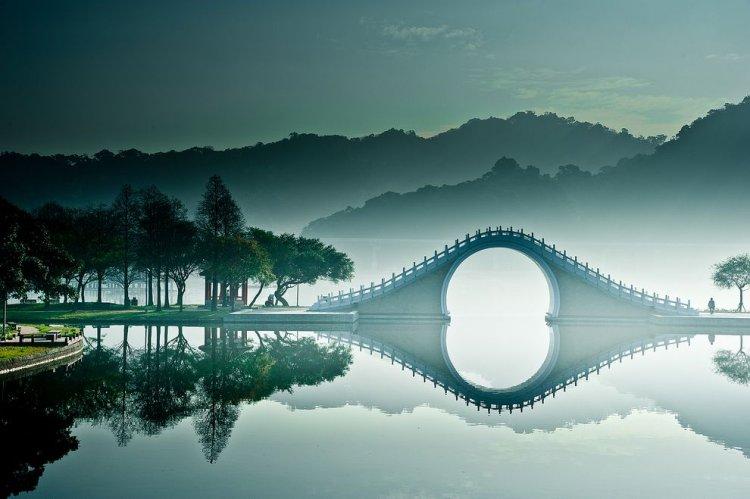 جسر القمر ترى من خلاله الصين واليابان وتايوان