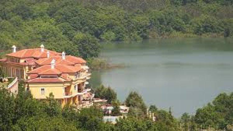 منازل يالوفا علي البحيرة في مدينة يالوفا التركية