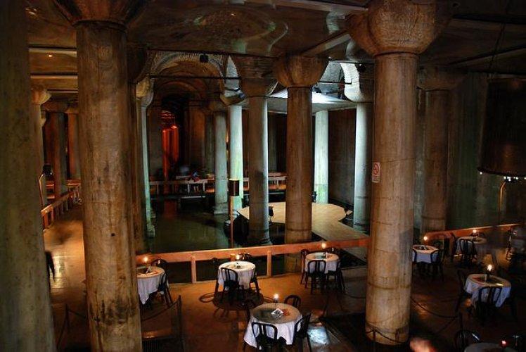 مطعم داخل القصر المغمور في تركيا