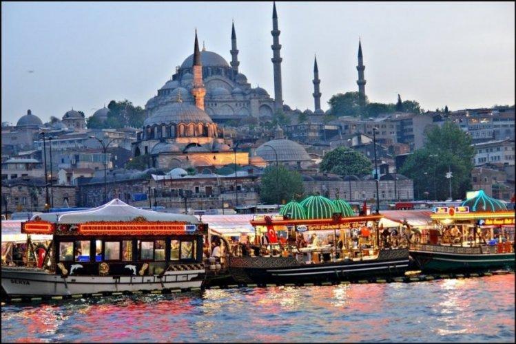 ميناء أمين أونو في اسطنبول تركيا