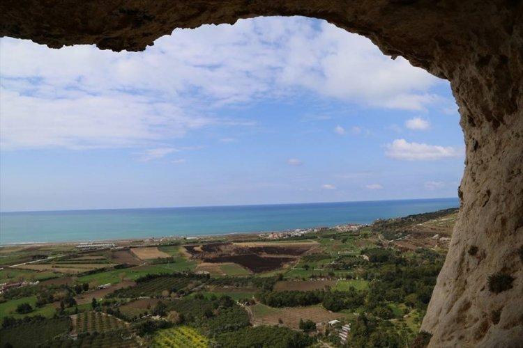 الطبيعة البكر وزرقة مياه البحر الأبيض المتوسط