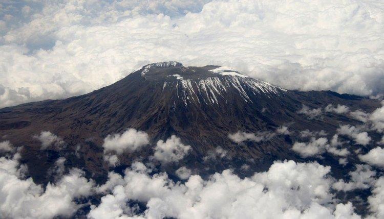 الغيوم تحيط بجبل كليمنجارو
