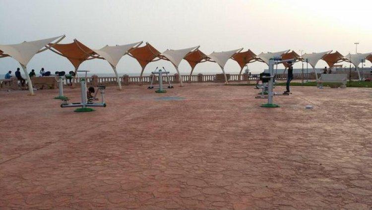 ممارسة رياضة المشي والتنزه في خليج ذهبان البحري