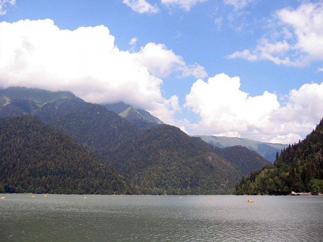 بحيرة ريتسا في جورجيا