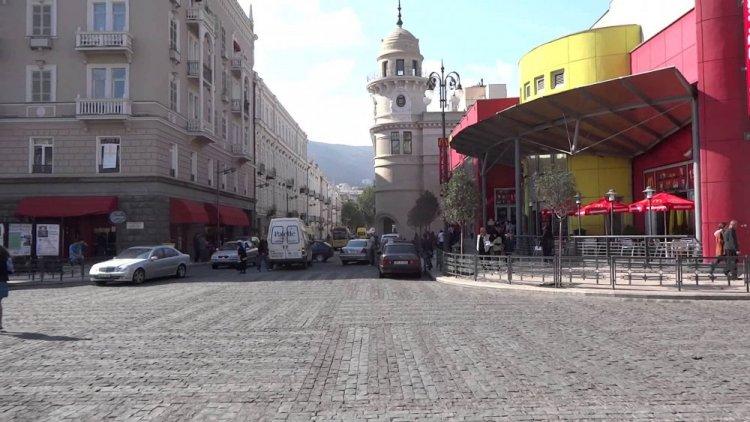 زخارف واجهات المنازل والألوان المبهجة بالعمارات في شارع مرجان شويلي في تبليسي