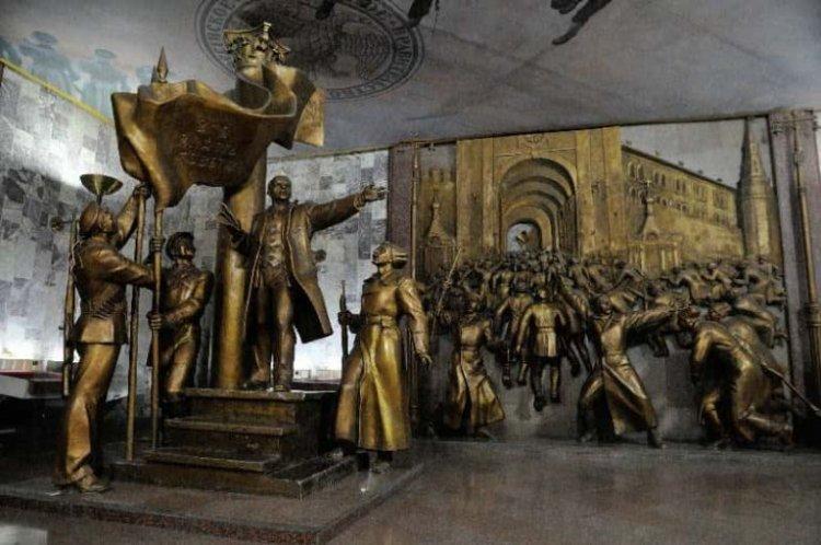 متحف الدولة التاريخي في موسكو حيث المقتنيات المعروضة داخل المتحف والتي تُلخص تاريخ روسيا القديم والحديث بالكامل