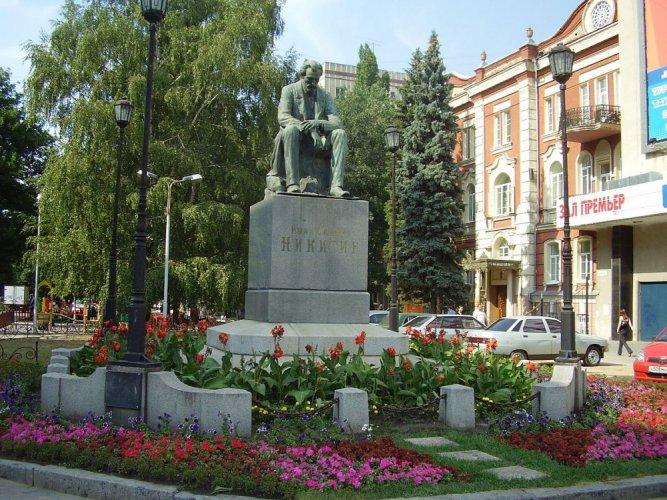 النصب التذكاري للشاعر إيفان نيكيتين