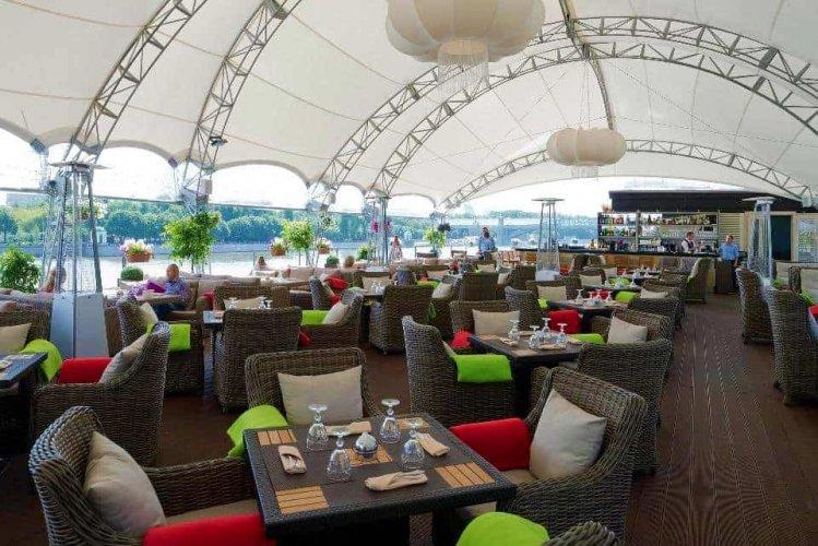 احد المطاعم بجوار حديقة نيسكوشني