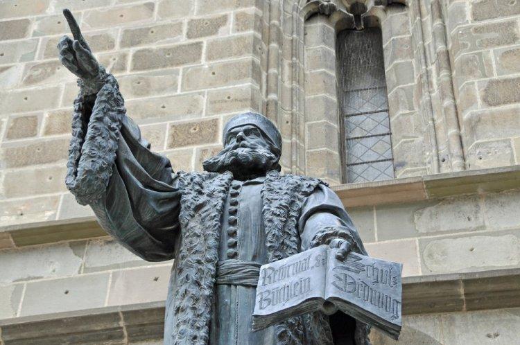 تمثال يوهانس هونتروس في براشوف