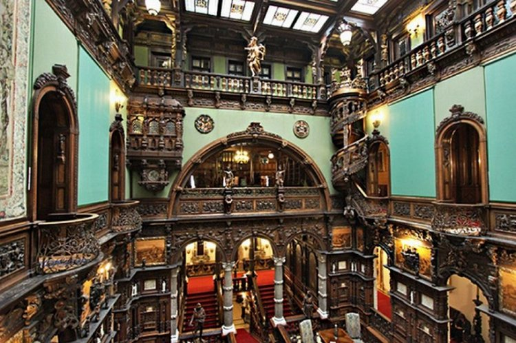 من داخل قصر بيليش في رومانيا