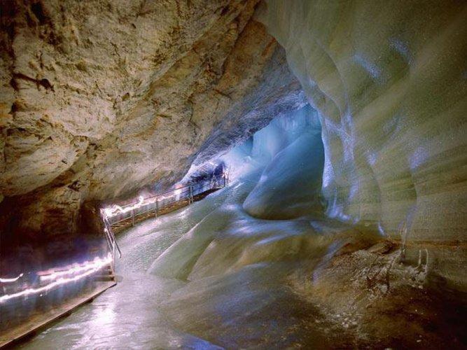 انعاكسات الاضاءة داخل كهوف إيزرايسنفلت