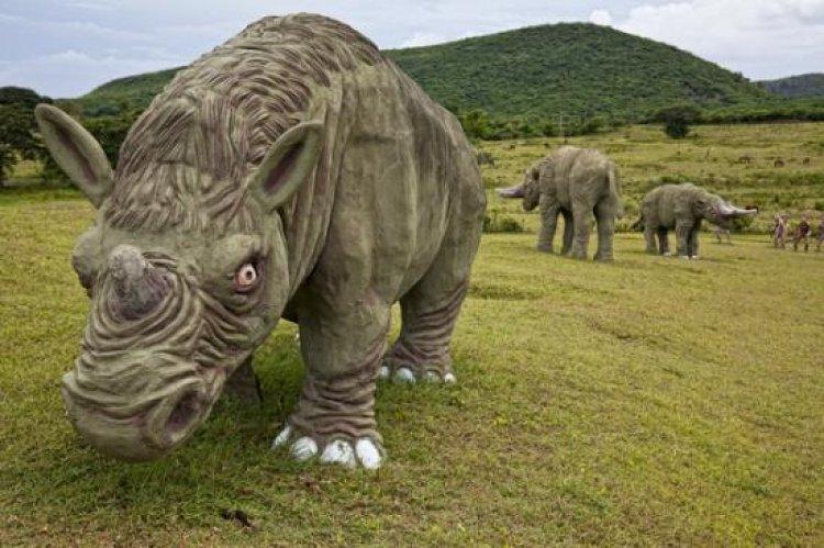 أنواع مختلفة من الديناصورات في حديقة الديناصورات