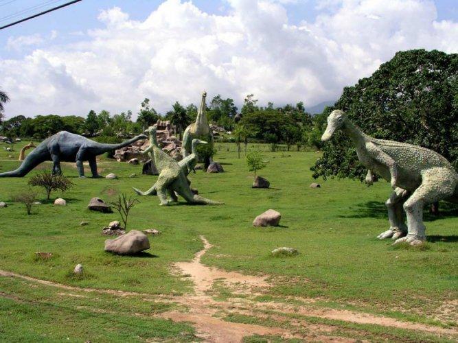 الديناصورات بأحجام مختلفة - حديقة الديناصورات