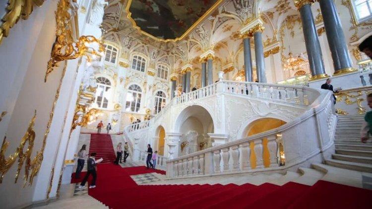 من داخل القصر الشتوي في سانت بطرسبرغ
