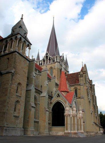 روعة البناء وجمال التصميم في كاتدرائية نوتردام