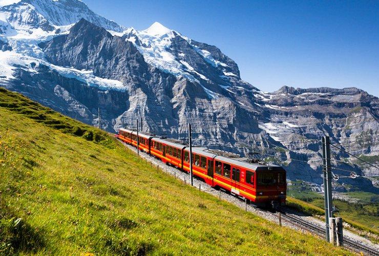 جبال الألب في مدينة إنترلاكن السويسرية