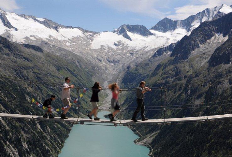 السياح يعبرون جسر تريفت