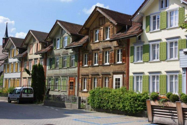 المنازل الملونة في ابنزل سويسرا