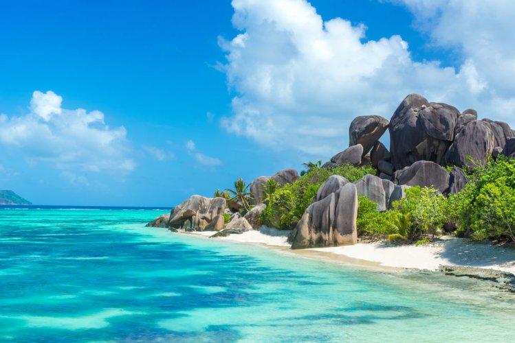 طبيعة جزيرة لاديغو الساحرة