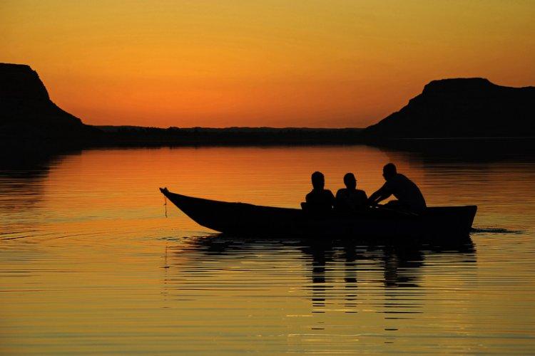 الغروب في بحيرة طغاغين