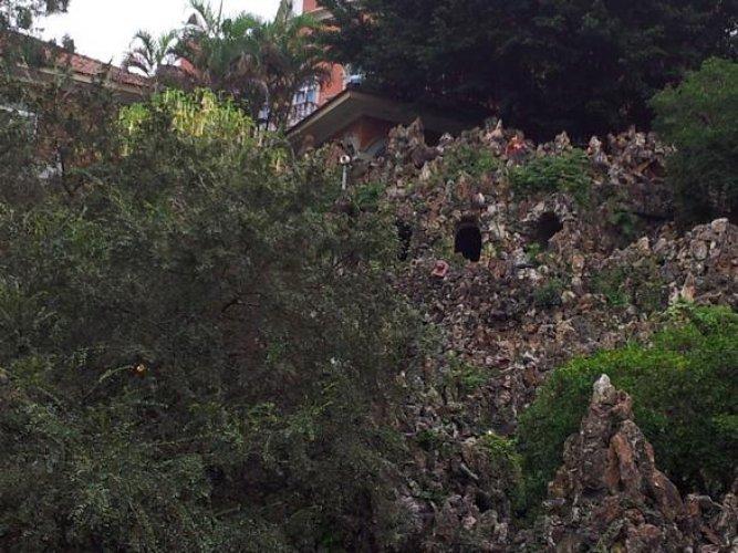 تسلق الصخور والحصول على مشهد بانورامي من الأعلى على حديقة يويوان