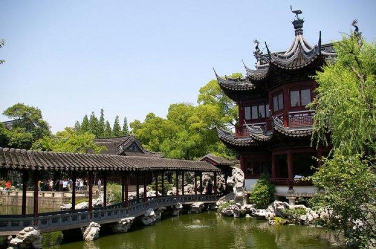 اكتشاف الأديرة والمنشآت القديمة والأشجار العريقة في حديقة يويوان
