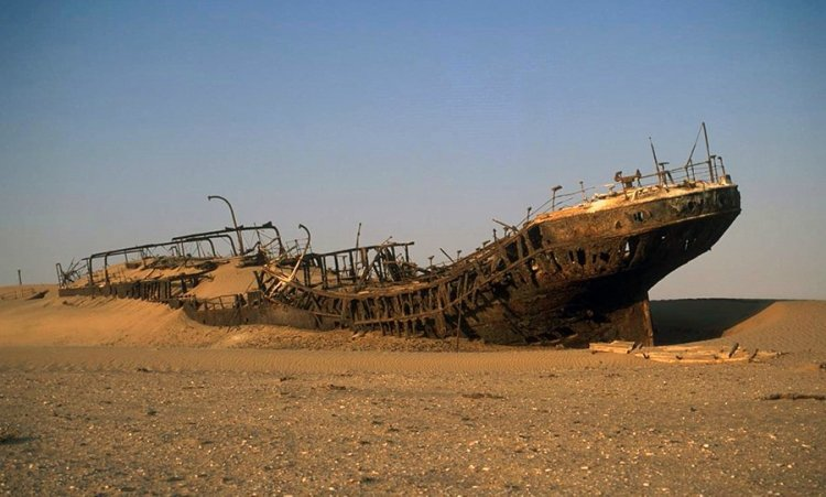 حطام السفن في ساحل الهياكل العظمية