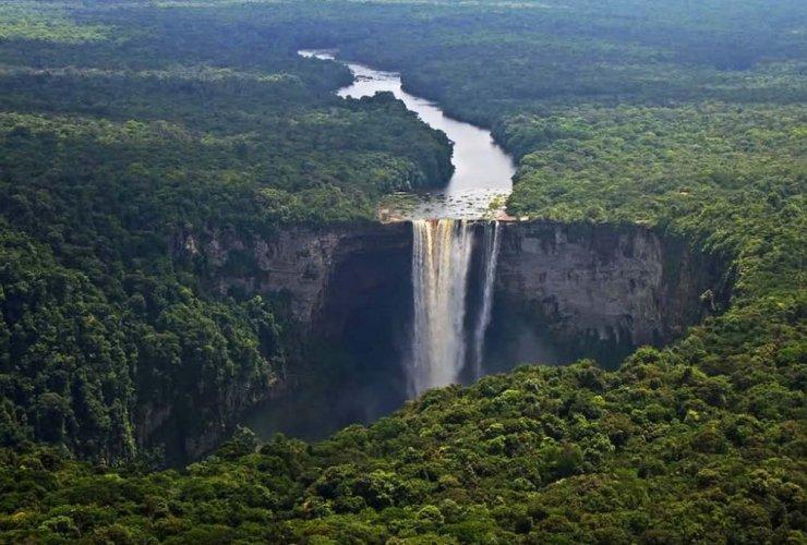 شلالات كايتير توفر الإطلالات المذهلة على نهر POTURO