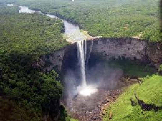 إمتزاج الطبيعة بين الماء والخضرة لتشكل شلالات كايتير في غيانا