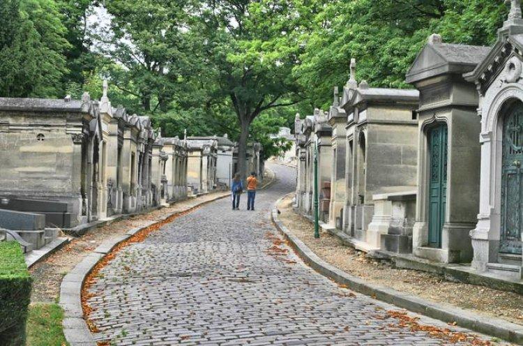 مقبرة بير لاشيز في مدينة باريس