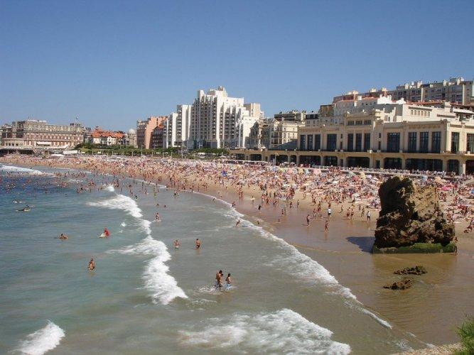 شاطئ بياريتز في فرنسا