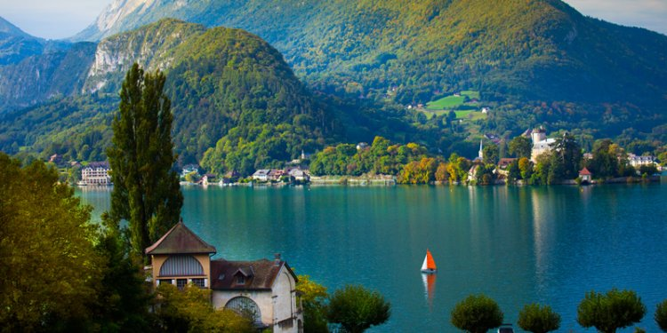 جبال الالب من بحيرة انسي في فرنسا