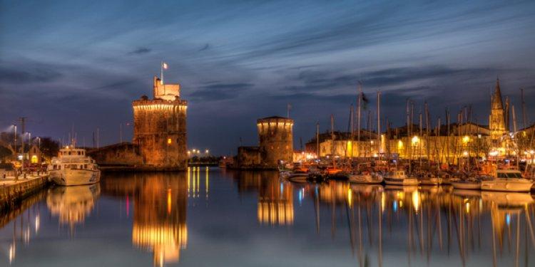 ميناء لاروشيل ليلًا