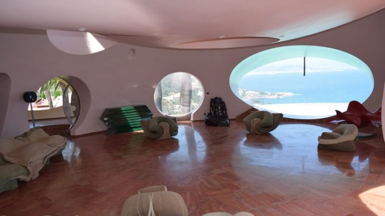 قصر الفقاعات ملئ بقطع فنية لفنانين معاصرين