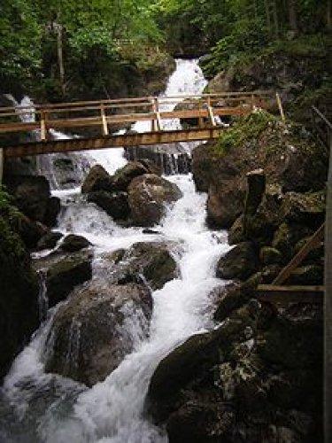 رزاز المياه المندفعة خلال الصخور في النمسا